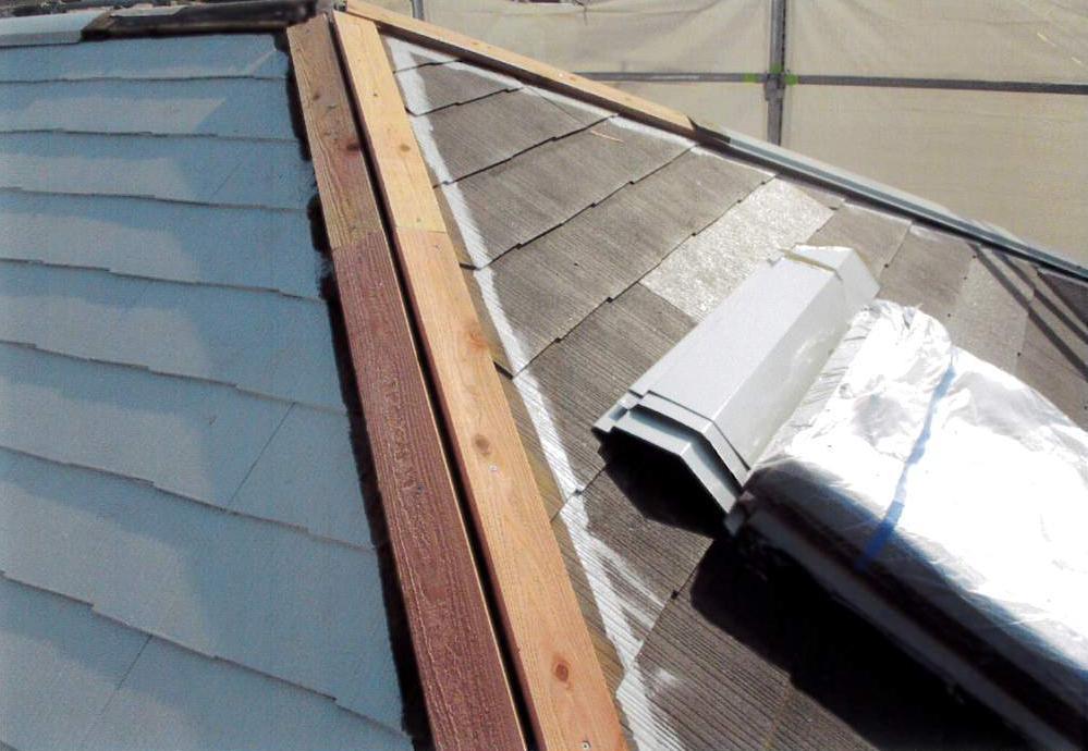 防水シート張り、既存瓦復旧、棟包み、下地木板交換の完了です。