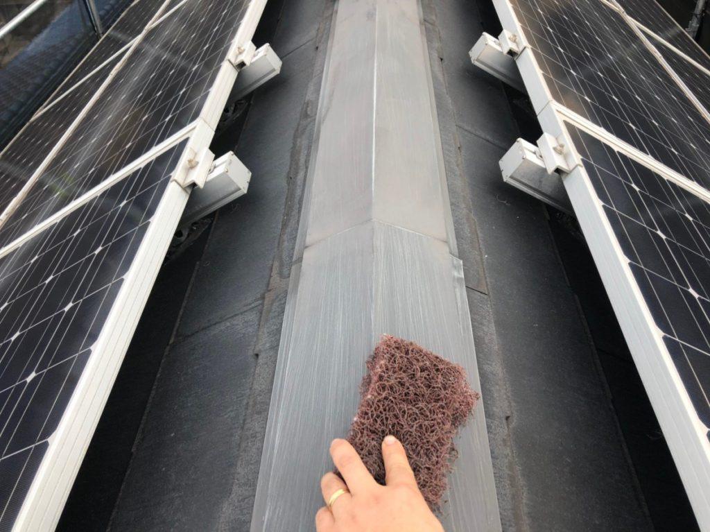 屋根に付帯している、雪止め金物や棟押えなどの錆をやすりで清掃します。