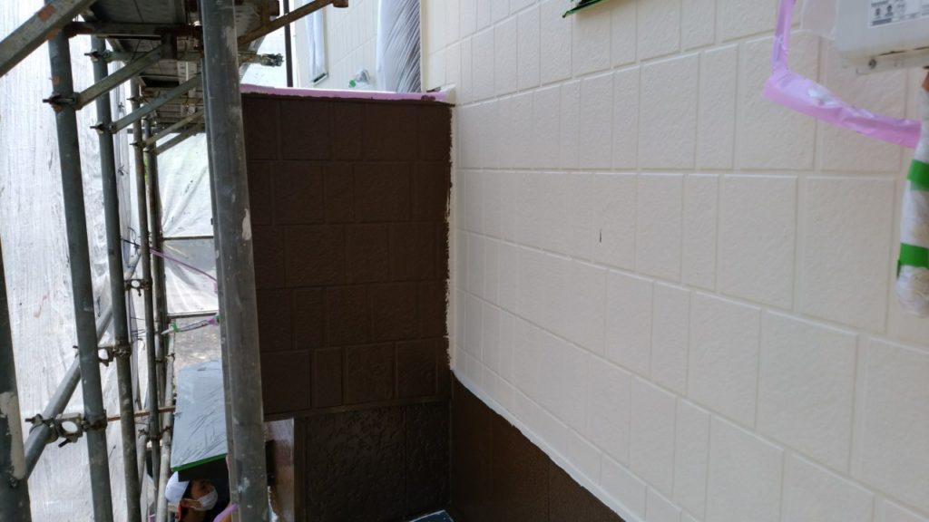 外壁の塗装色がアイボリー、ブラウンと2色にわかれている為、淡彩色であるアイボリーで、ブラウンの部分を少し塗り込み、その後塗り込んだ部分をブラウンで綺麗に見切ります。