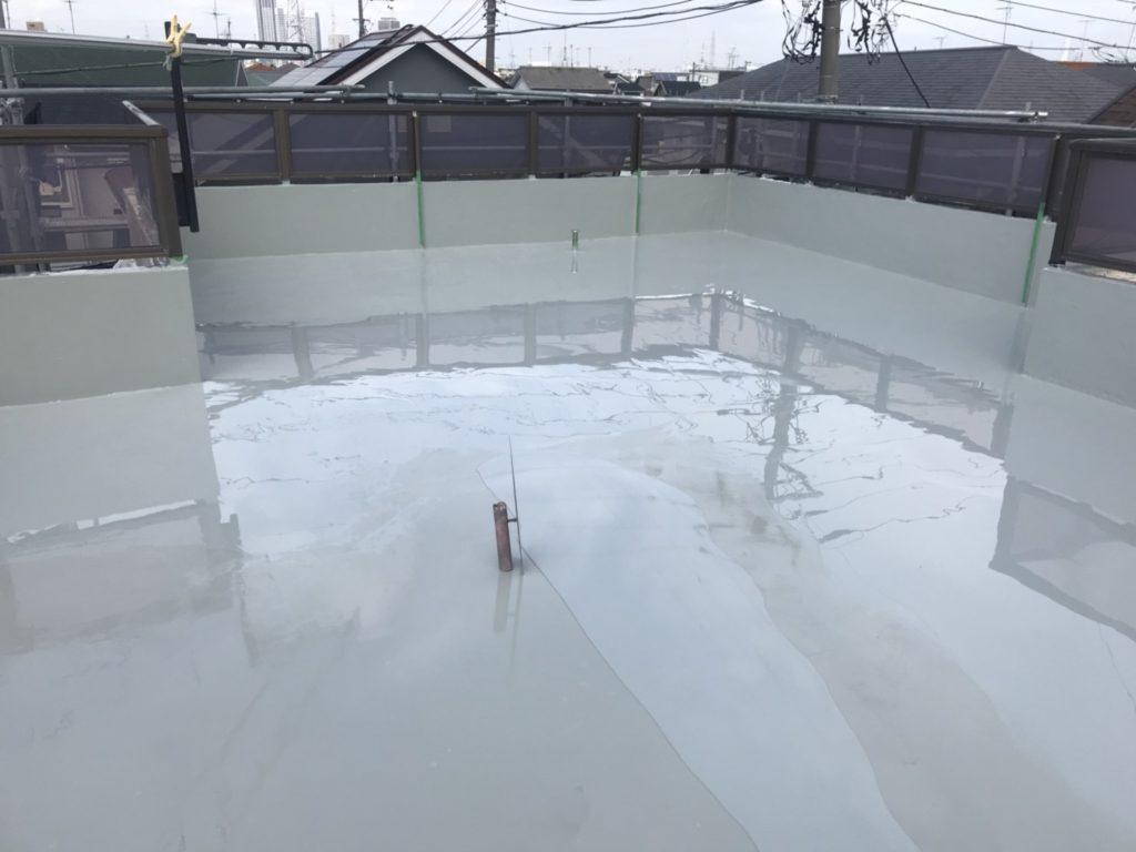 プライマー塗布後、防水材を2回塗布します。