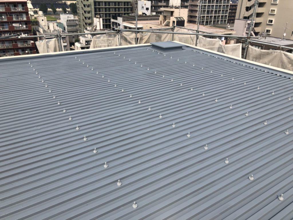 折板屋根塗装工事完了後の写真です。