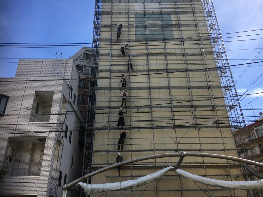 足場架設工事の施工写真です。
