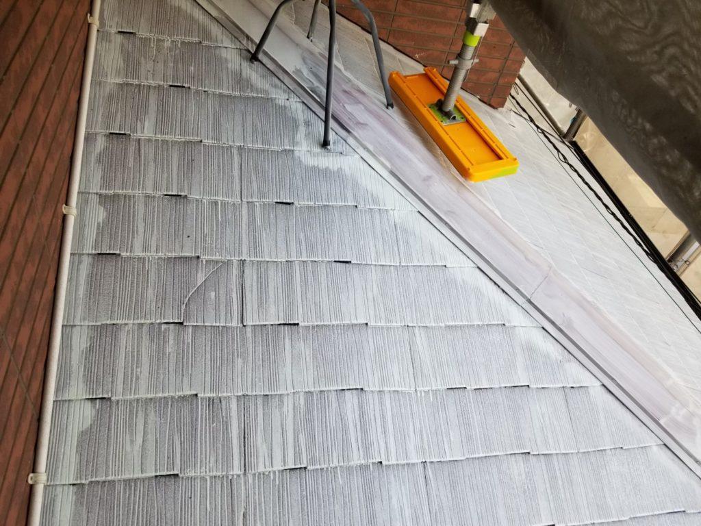屋根部下塗り材塗布後、タスペーサー挿入