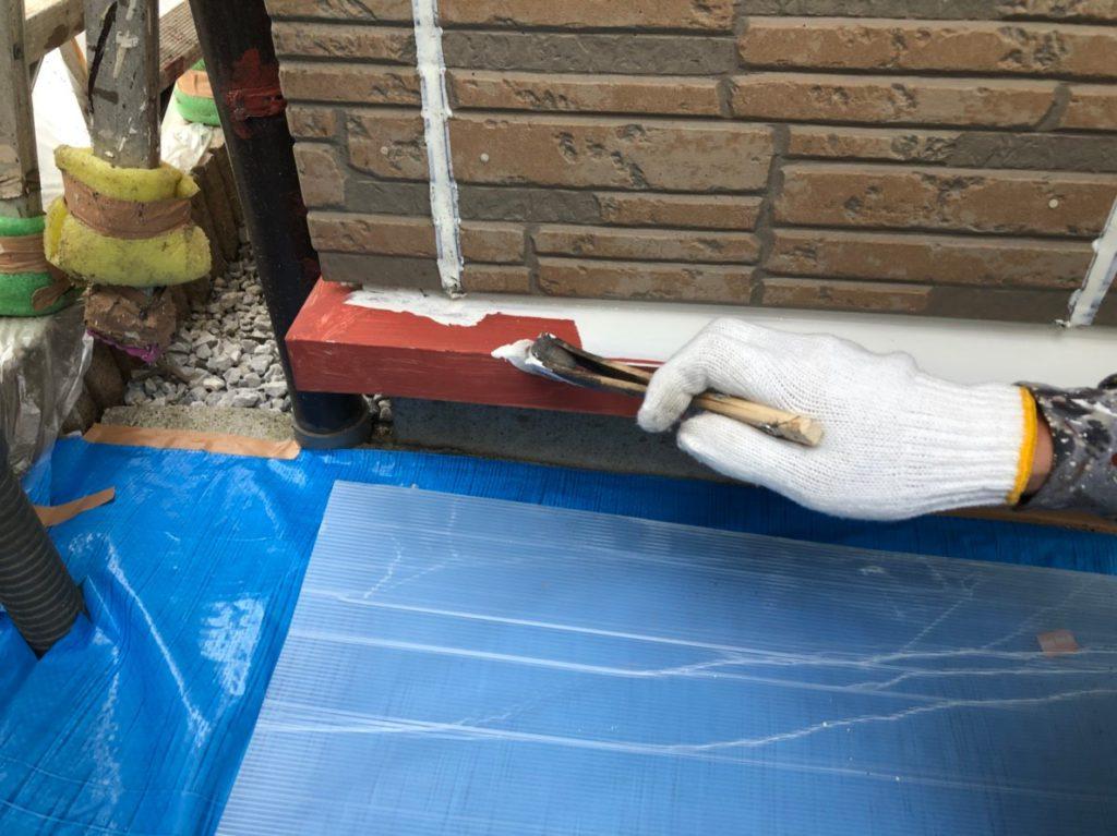 土台水切りの上塗りの様子です。