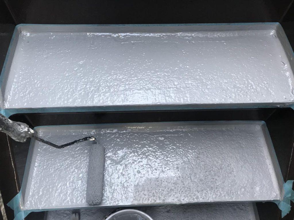 シールでの補修完了後、トップコート不要の防水材を2回塗布し踏み板の防水工事は完了です。
