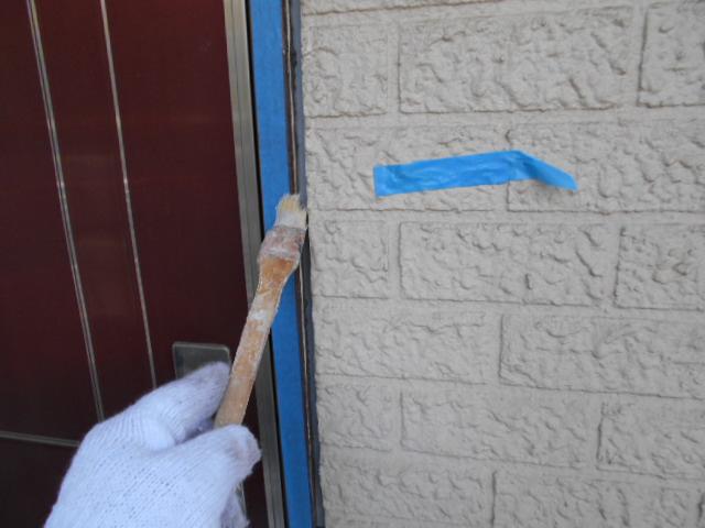 撤去作業完了後、マスキングテープで養生をし、シール用のプライマーを塗布します。