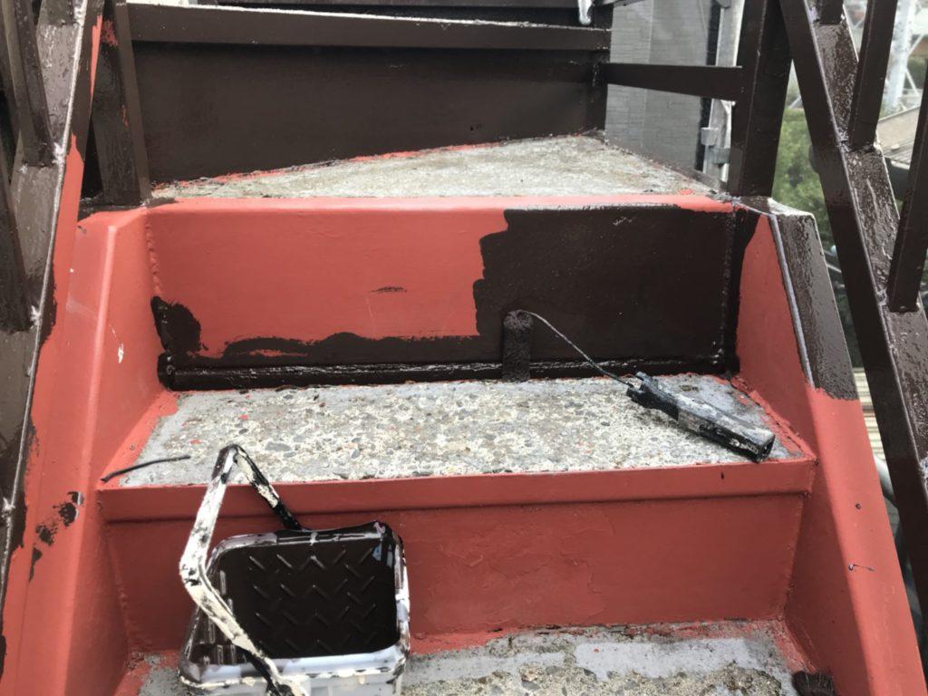 ケレン作業完了後、サビ止め材を塗布し、仕上げ材を1回塗布します。