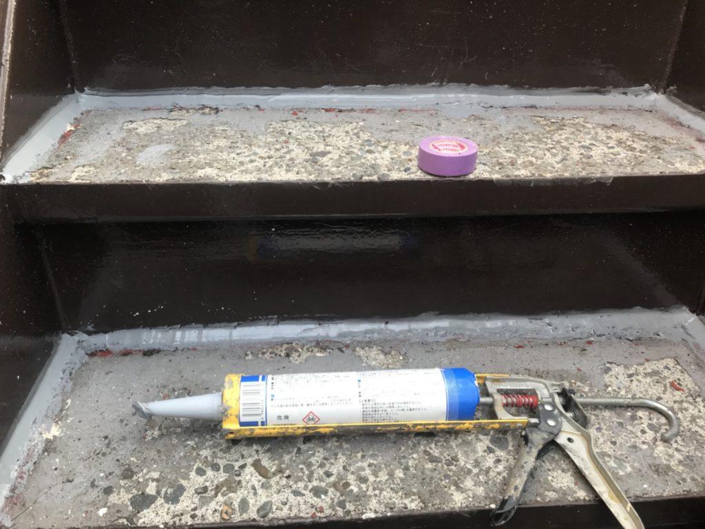 次に、階段内部の漏水防止の為、階段踏み板の防水工事を行います。