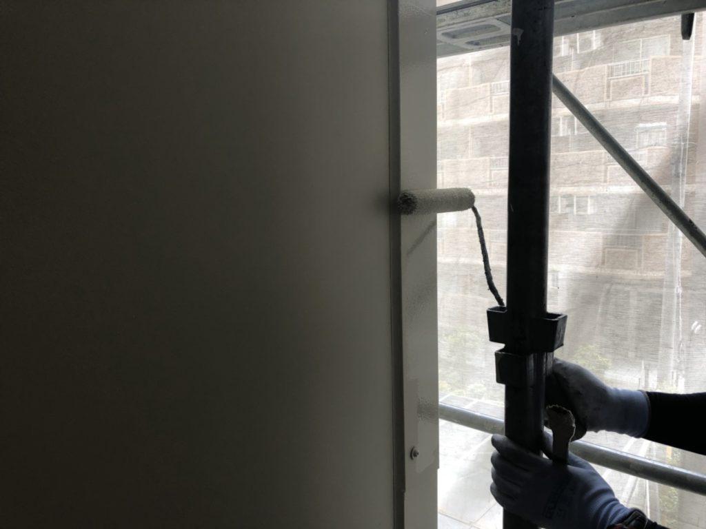 外壁仕上げ材塗布1回目の写真です。