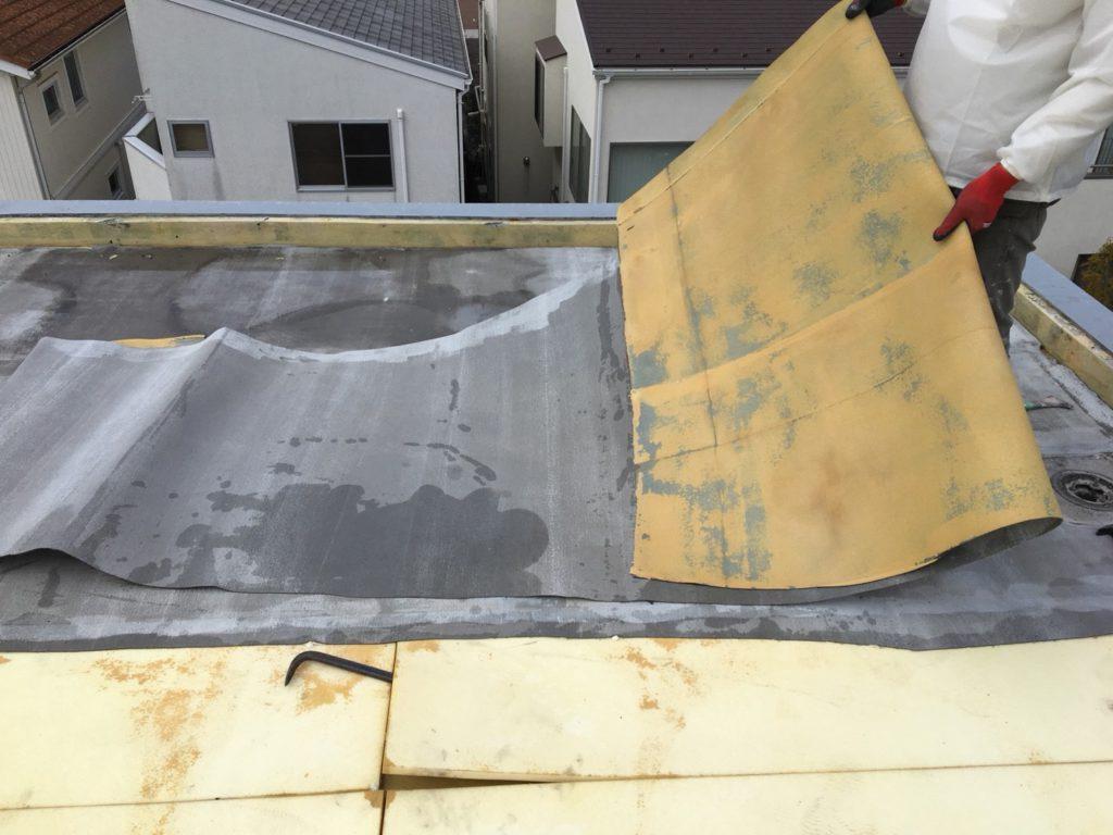 既存の断熱材や防水シートを剥がします。