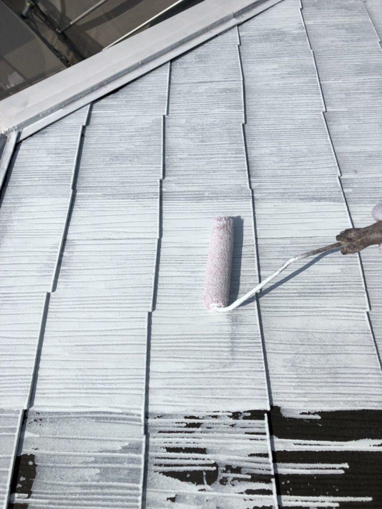 下地材エポラ遮熱プライマーの塗布です。(省エネ効果の期待できる接着剤です)
