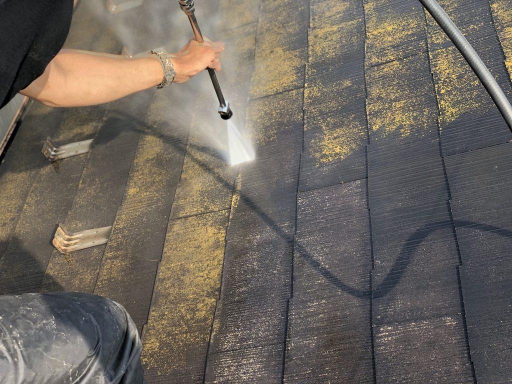 屋根の高圧洗浄です。