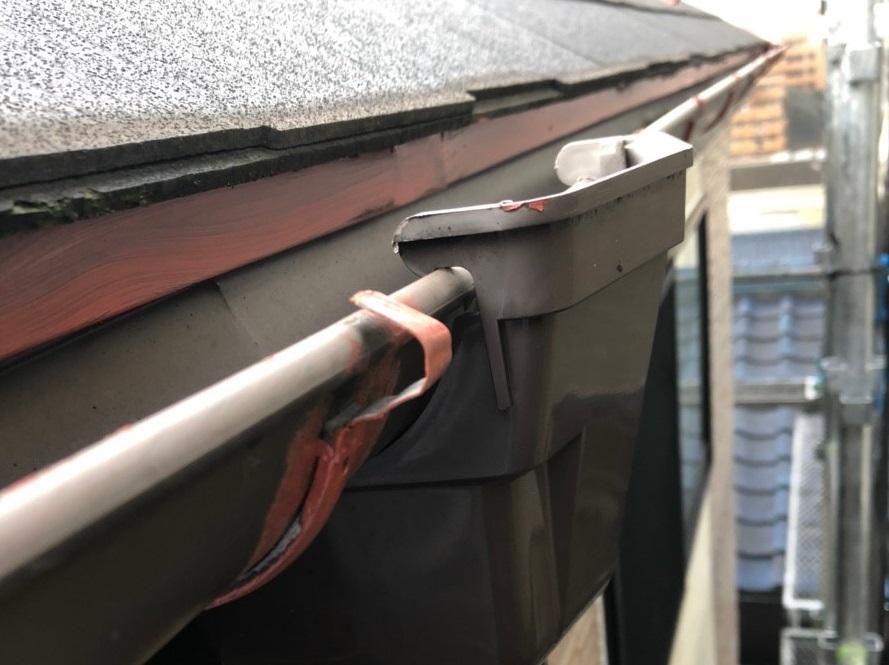 屋根下にある軒先水切りと呼ばれる部位もしっかりと錆止め塗装を行います。