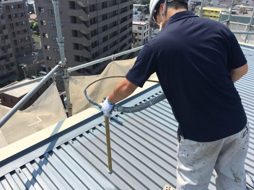 最後に仕上げ材を塗布し、紫外線などのダメージから、塗膜を保護します。