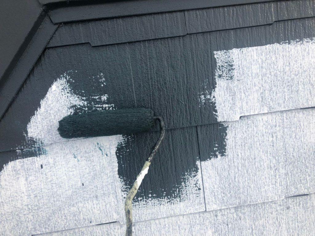 遮熱屋根塗材を塗っていきます。