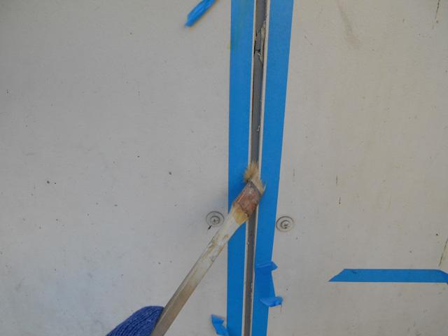 シールの撤去完了後、マスキングテープで養生をし、プライマーを塗布します。