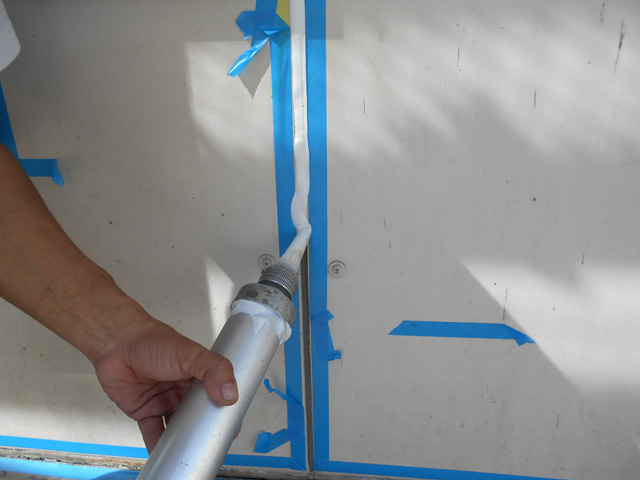 プライマー塗布後、新たにシールを充填します。
