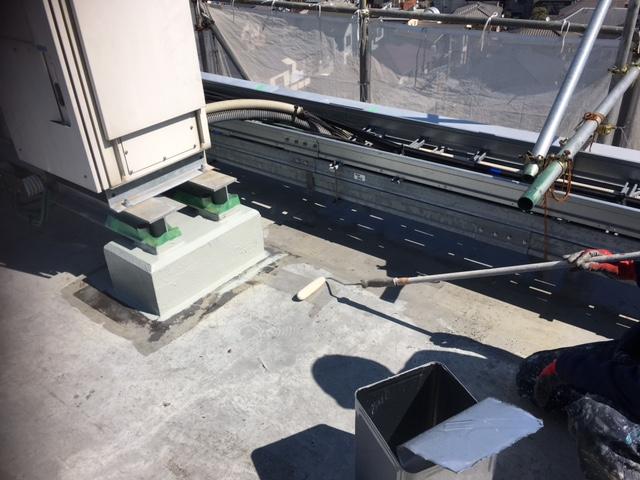 防水工事のプライマー塗装作業です。