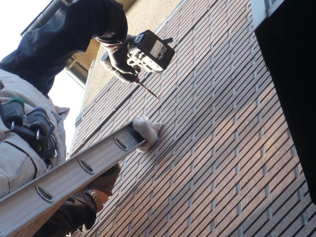 下地の異常は無かったので、シール材を塗ったビスで固定し直します。