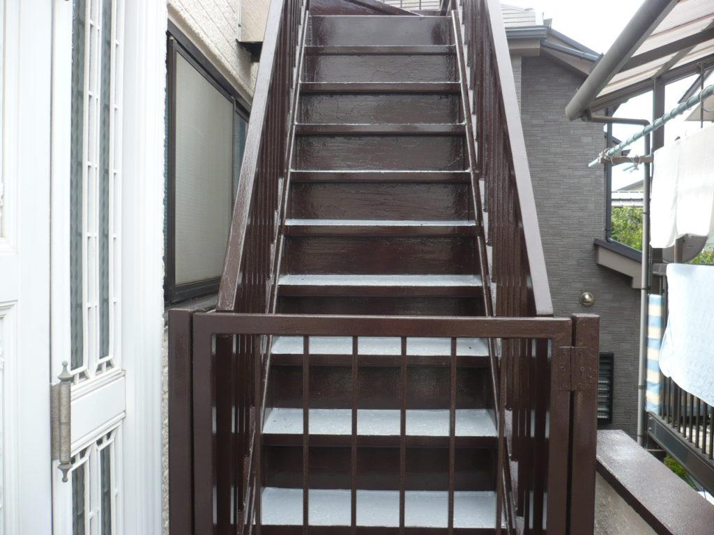 踏み板の防水工事完了後、鉄骨階段の仕上げ材をもう1度塗布し、鉄骨階段の塗装工事は完了です。