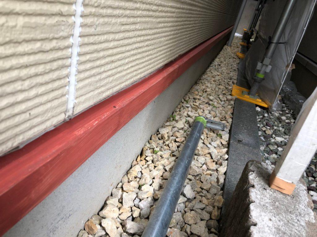 建物土台基礎の上に設けられている、水切りの塗装です。