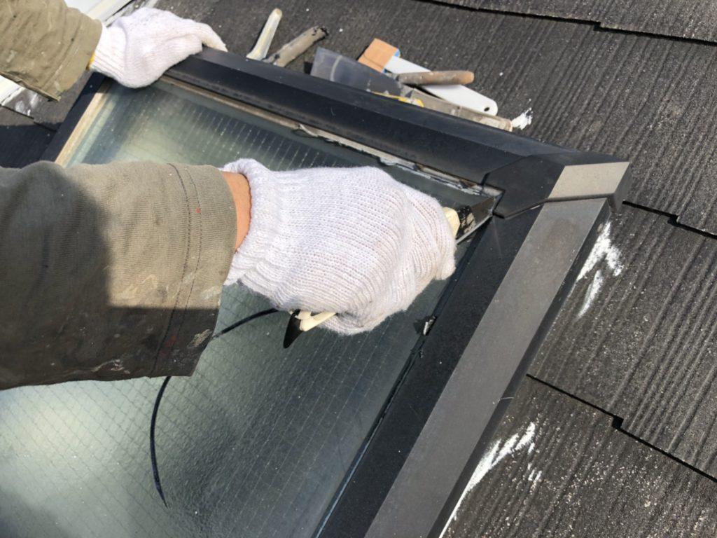 天窓の劣化したしたシールを雨漏りなどないように新しいシールに打ち替えます。