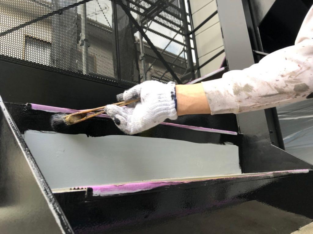 鉄骨階段 仕上げ材塗布の施工写真です。
