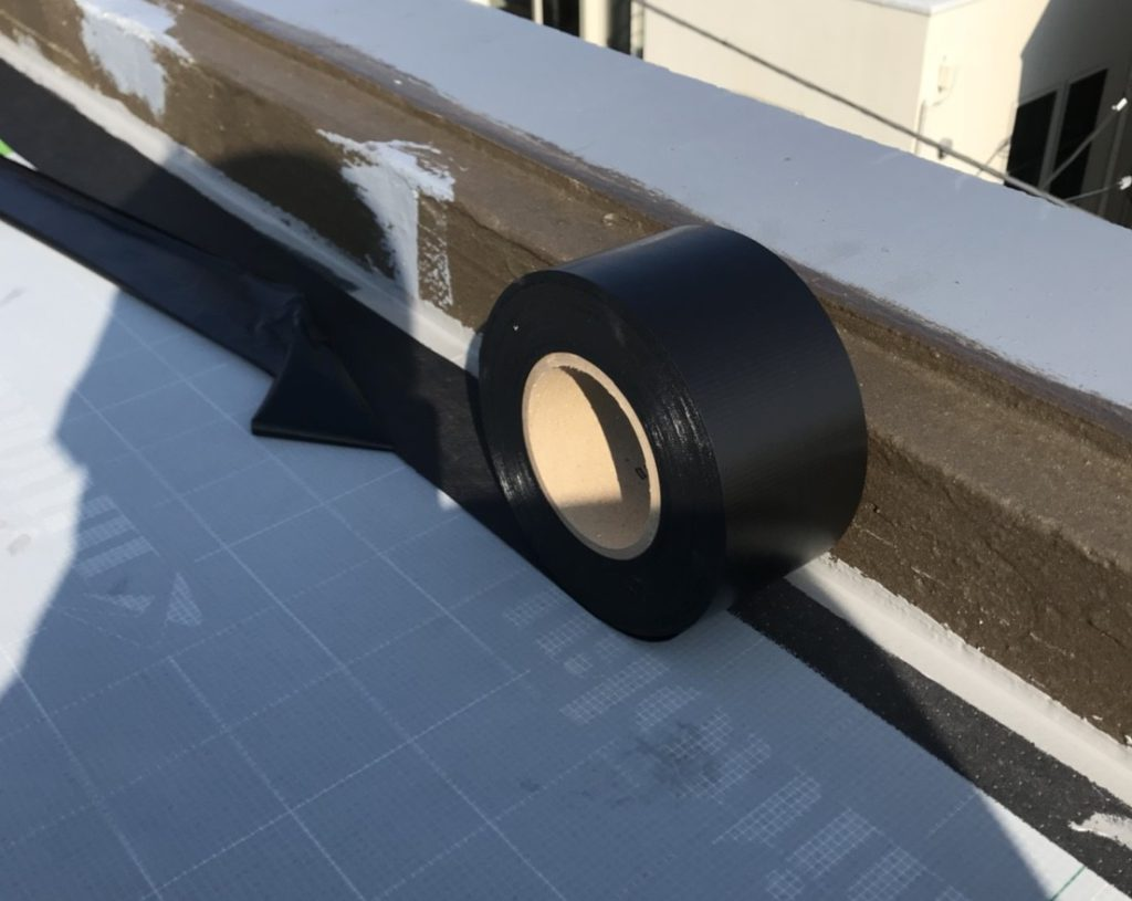 シート端部も防水テープでしっかりと張り付けます。