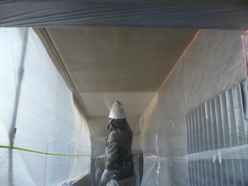 軒天部 吹き付け塗装 1回目